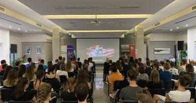 Mindenki Rubik-kockát forgatott az Európa Kollégiumban